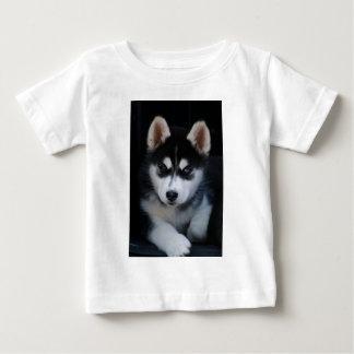 Perrito adorable del perro de trineo del husky playera de bebé