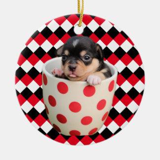 Perrito alegre de la taza de té en casillas adorno navideño redondo de cerámica
