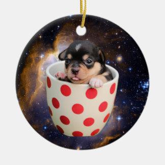 Perrito alegre de la taza de té en espacio adorno navideño redondo de cerámica