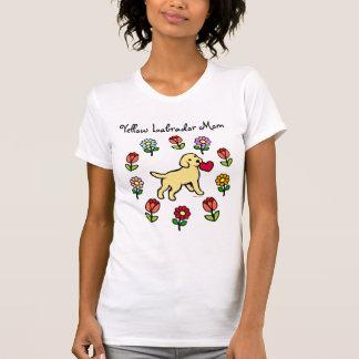 Perrito amarillo del laboratorio y corazón rojo camisetas