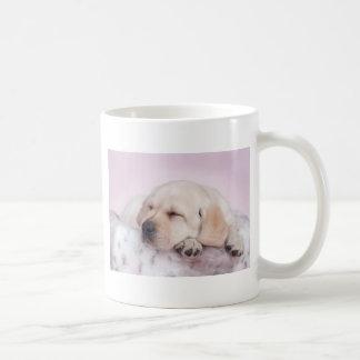 Perrito amarillo del labrador retriever taza básica blanca