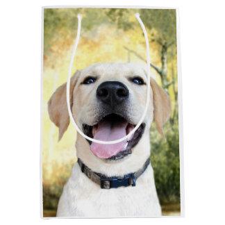 Perrito amarillo feliz del laboratorio bolsa de regalo mediana