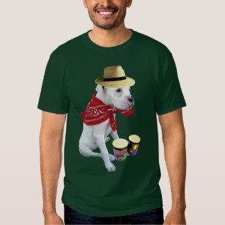 Perrito blanco del boxeador con la camiseta para camisas