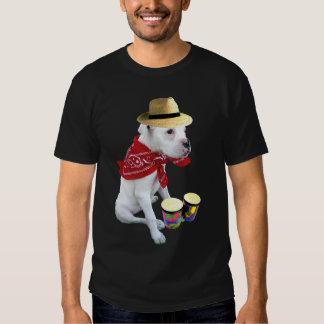 Perrito blanco del boxeador con la camiseta para remeras
