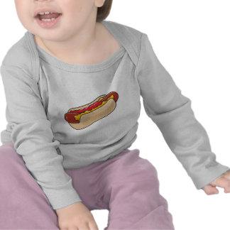 perrito caliente en bollo con el gráfico de la camiseta