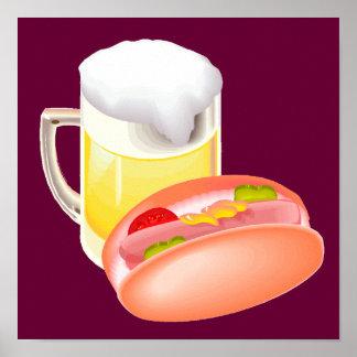 Perrito caliente en un bollo y una cerveza con póster