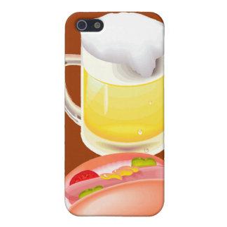 Perrito caliente en un bollo y una cerveza con tod iPhone 5 protectores