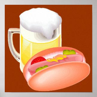 Perrito caliente en un bollo y una cerveza con tod póster