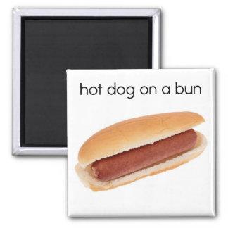 Perrito caliente en un imán del refrigerador del b