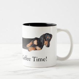 ¡Perrito caliente! Es tiempo del café Taza De Dos Tonos