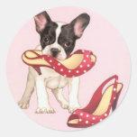 Perrito de Boston Terrier con los zapatos Pegatina Redonda