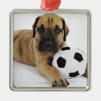 Perrito de great dane con el balón de fútbol del adorno navideño cuadrado de metal