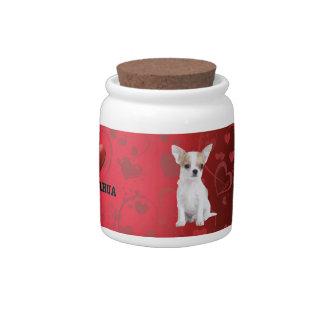 Perrito de la chihuahua en rojo jarra para caramelo