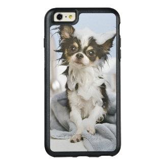 Perrito de la chihuahua envuelto en una toalla funda otterbox para iPhone 6/6s plus