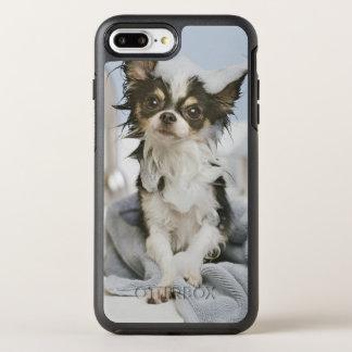 Perrito de la chihuahua envuelto en una toalla funda OtterBox symmetry para iPhone 7 plus