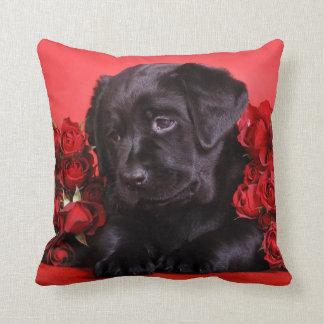 Perrito de Labrador con los rosas Almohadas