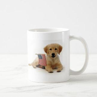 Perrito de oro y bandera americana taza