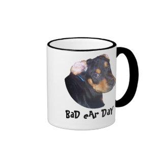 Perrito de Rottweiler, mún día del oído Tazas