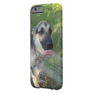 Perrito de Shepard del alemán que toma una ducha Funda Barely There iPhone 6