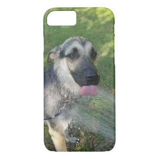 Perrito de Shepard del alemán que toma una ducha Funda iPhone 7