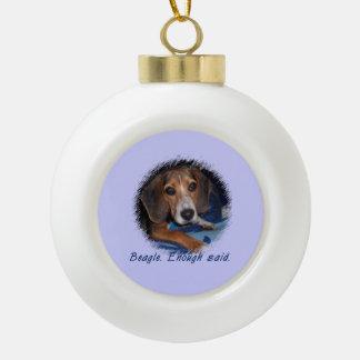 Perrito del beagle con la actitud - color de fondo adorno de cerámica en forma de bola