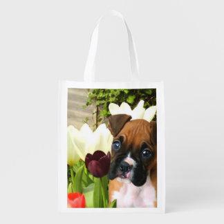 Perrito del boxeador en tulipanes bolsas reutilizables