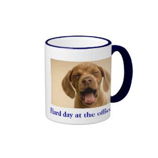 Perrito del día duro taza de dos colores