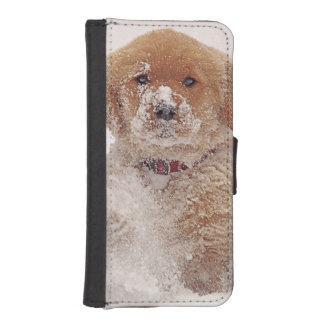 Perrito del golden retriever en nieve billeteras para teléfono