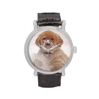 Perrito del golden retriever en nieve reloj de mano