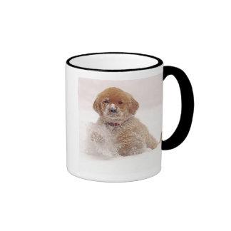 Perrito del golden retriever en nieve taza de dos colores