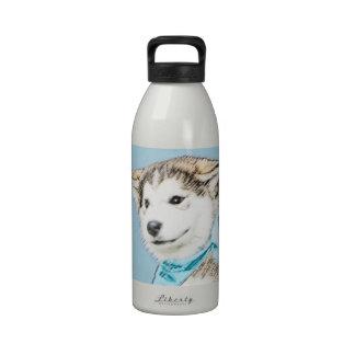 Perrito del husky siberiano botallas de agua