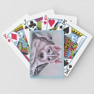 Perrito del husky siberiano con el dibujo baraja de cartas bicycle