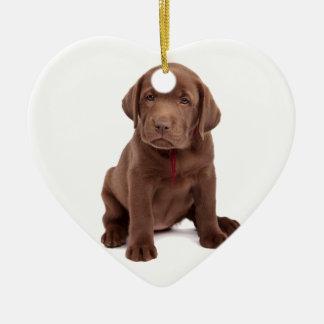 Perrito del laboratorio del chocolate adorno de cerámica en forma de corazón