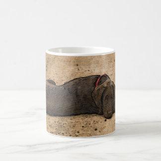 Perrito del labrador retriever del chocolate taza de café