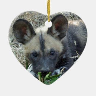 Perrito del perro salvaje adorno navideño de cerámica en forma de corazón