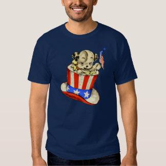 Perrito del vintage con la camisa de la bandera