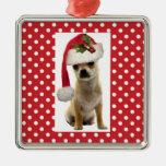 Perrito en el ornamento de Navidad del casquillo d