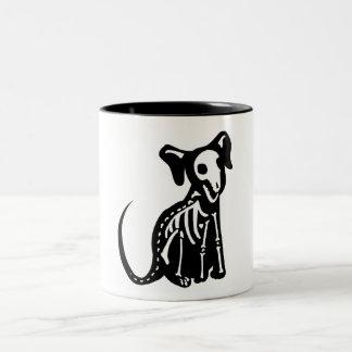 Perrito esquelético taza de café de dos colores