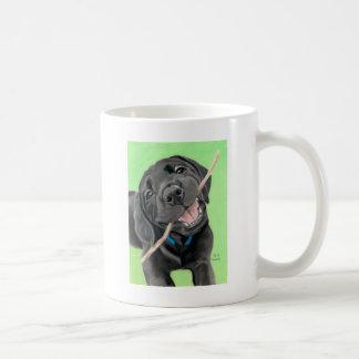 Perrito juguetón del laboratorio del negro del taza de café