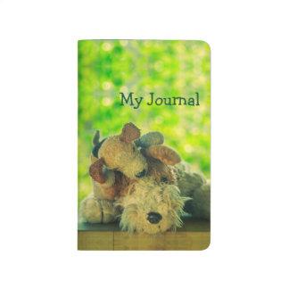 Perrito juguetón y su diario soñoliento del cuaderno grapado