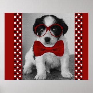 Perrito lindo con la pajarita y el poster rojos de