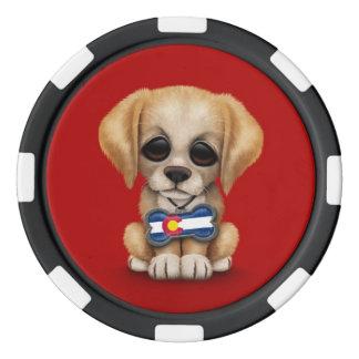 Perrito lindo con la placa de identificación de la juego de fichas de póquer