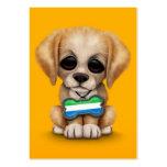 Perrito lindo con la placa de identificación de la tarjeta de visita
