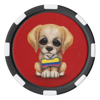 Perrito lindo con la placa de identificación fichas de póquer