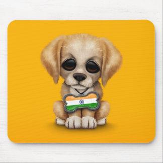 Perrito lindo con la placa de identificación india alfombrilla de ratones