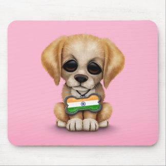 Perrito lindo con la placa de identificación india tapetes de ratón