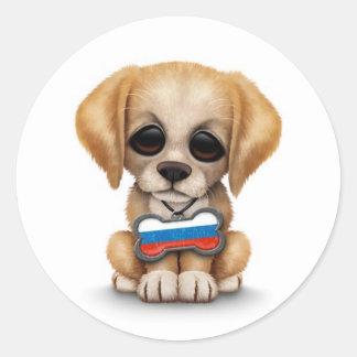 Perrito lindo con la placa de identificación rusa pegatina redonda