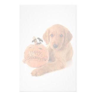 Perrito lindo de Halloween con una calabaza Papelería De Diseño