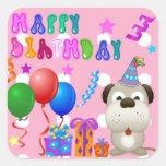 Perrito lindo del feliz cumpleaños con rosa de la  calcomanías cuadradas personalizadas
