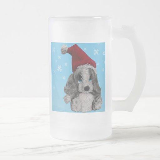 Perrito lindo del navidad en el gorra de Santa Taza
